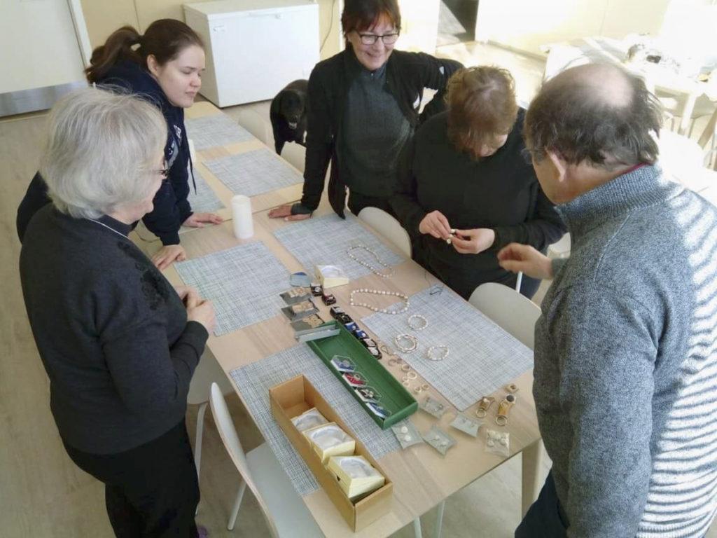 Poronluusta koruja tekevä Hugo Koivukangas esittelee taidokkaasti tehtyjä korujaan ryhmällemme majapaikassamme.