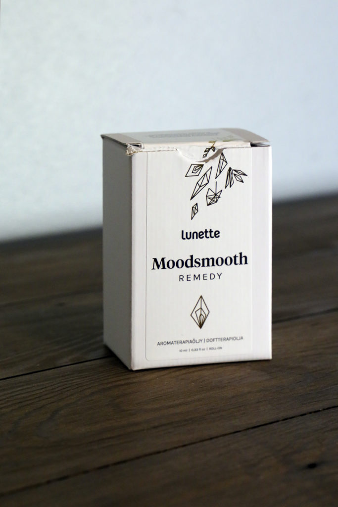 Lunetten aromaterapiaöljy kuukautiskipuja helpottamaan ja mielialaa nostamaan valkoisessa pahvipakkauksessaan.