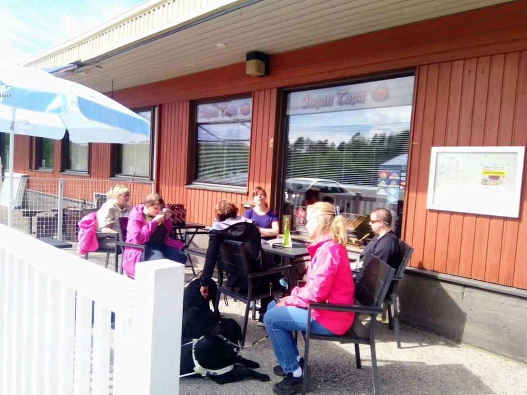 Porukkamme aurinkoisella terassilla nauttimassa jäätelöä.