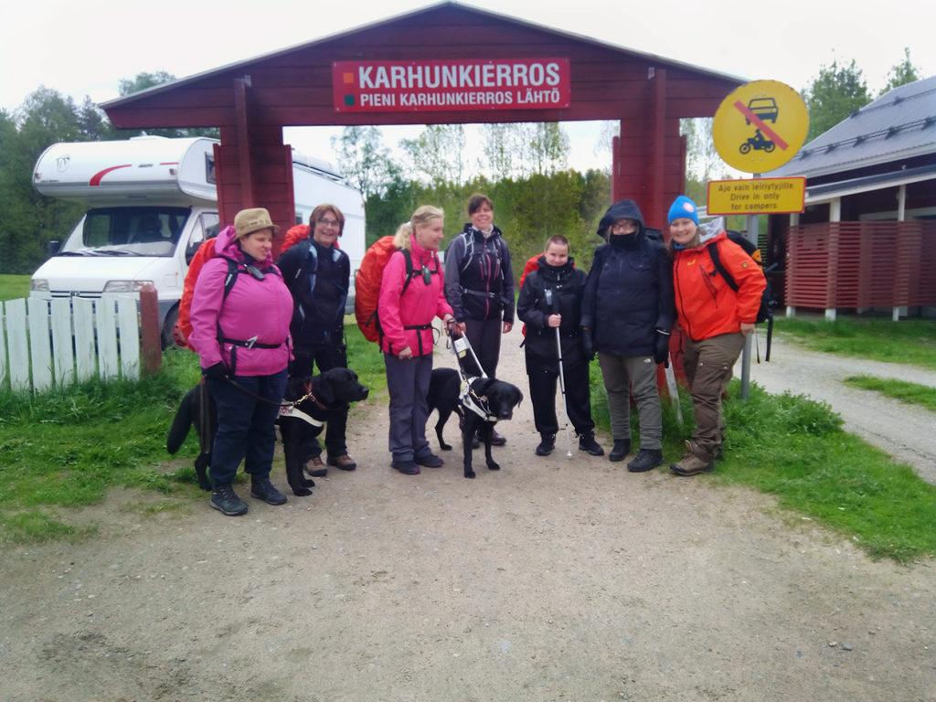 Ryhmämme Pienen Karhunkierroksen sisäänkäynnin luona valmiina lähtöön.