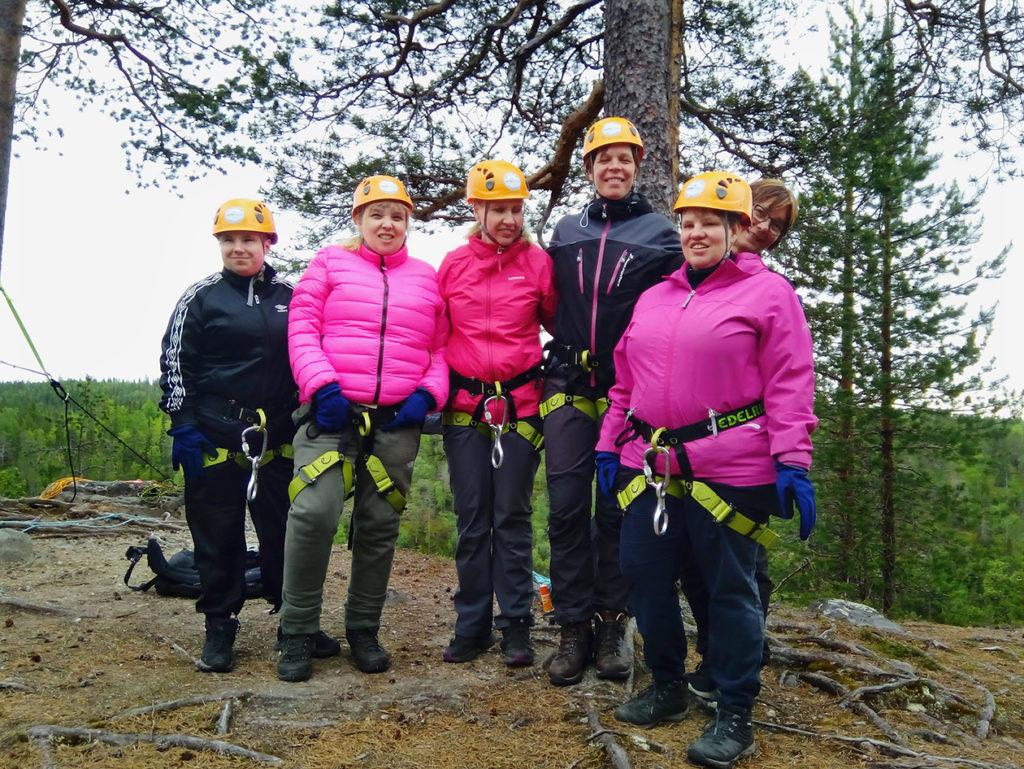 Seikkailijaryhmämme jyrkänteen laella kypärät päässä ja valjaat puettuna. Vasemmalta Outi, Taija, Marianne, Sini, Sirpa ja Heidi.