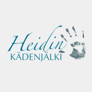 Neliskulmainen Heidin kädenjälki -logo joka koostuu nimestä (Heidin kädenjälki). ´Heidin´ on kirjoitettu lennokkaalla tekstillä. Sen alapuolella lukee painokirjaimin: kädenjälki. Näiden oikealla puolella on siniharmaa kämmenen kuva. Logossa on helmenharmaa pohjaväri.